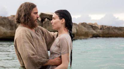 Cena do filme em cartaz, com o batizado de Maria Madalenna.