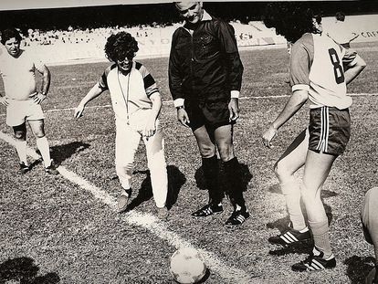 Ruth Escobar e Rose do Rio dão pontapé inicial de jogo no Morumbi, em 1982.