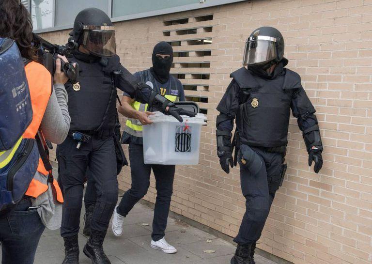 A Policial Nacional confisca urnas durante a jornada eleitoral.