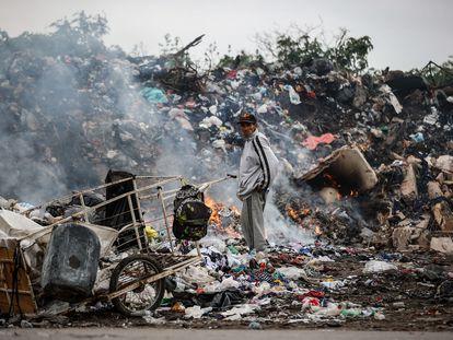 Um homem em um depósito de lixo de Buenos Aires, na última segunda-feira.