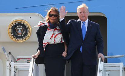 Donald Trump e a primeira-dama, Melania Trump, descem do Air Force One na chegada ao aeroporto de Stansted, em Londres, nesta segunda-feira