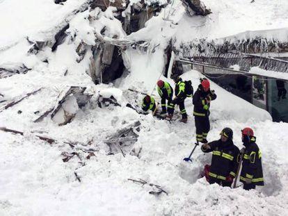 Equipes de resgates do hotel Rigopiano, na quinta-feira passada.