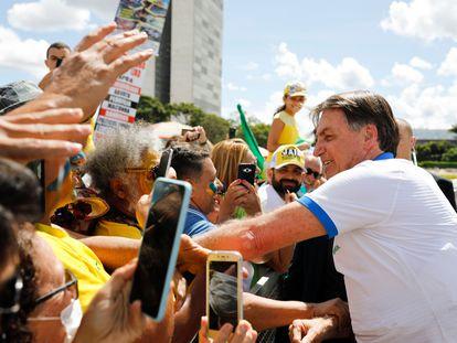 O presidente Jair Bolsonaro, em frente ao Palácio do Planalto neste domingo, com apoiadores que protestavam contra o Congresso e o Judiciário.