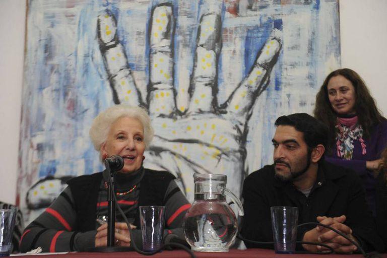 José Luis Maulín Pratto, o neto número 120, junto à presidenta das Avós da Praça de Maio, Estela de Carlotto.