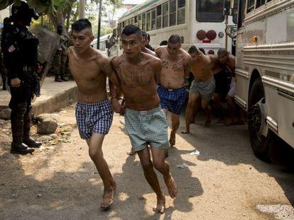 Membros de gangue presos em El Salvador.