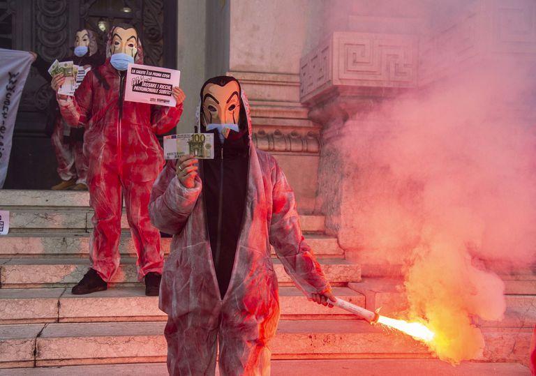 Protestos em Milão nesta quarta para pedir mais programas de auxílio na crise.