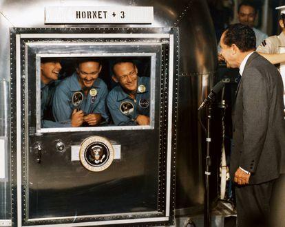 A 'Apollo 11' volta à Terra depois de visitar a Lua. Da esquerda para a direita, Neil Armstrong, Michael Collins e Buzz Aldrin são recebidos, em julho de 1969, pelo presidente dos Estados Unidos, Richard Nixon.