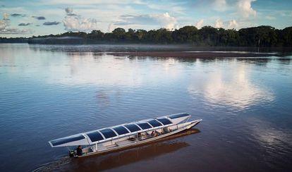 Sunkirum, um dos barcos solares do projeto Kara Solar, navega no rio Pastaza.