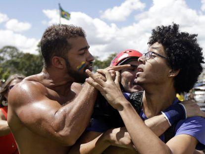 Tensão entre manifestantes contrários e a favor ao Governo Dilma, em Brasília, no dia 17 de março.