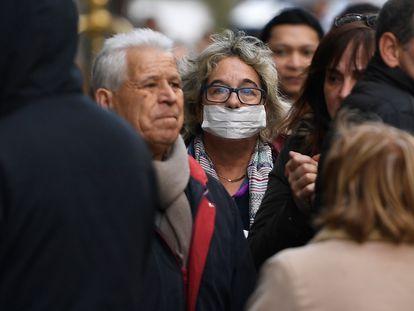 Uma pessoa caminha de máscara por Madri.