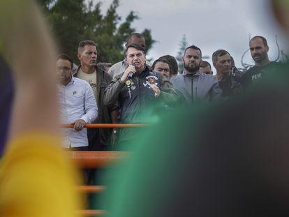 O presidente Jair Bolsonaro entre apoiadores e o filho Eduardo (à direita), em 12 de junho de 2021, durante um protesto bolsonarista em São Paulo.