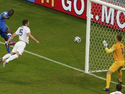 Balotelli cabeceia para fazer o segundo gol da Itália.