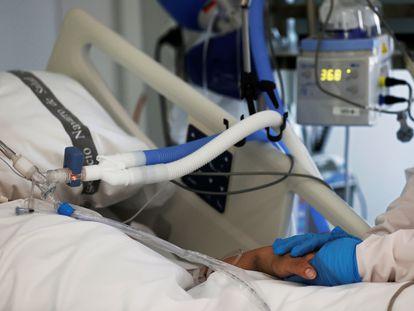 Enfermeira atende um paciente internado na UTI do Complexo Hospitalar de Navarra, na Espanha, em 15 de abril.