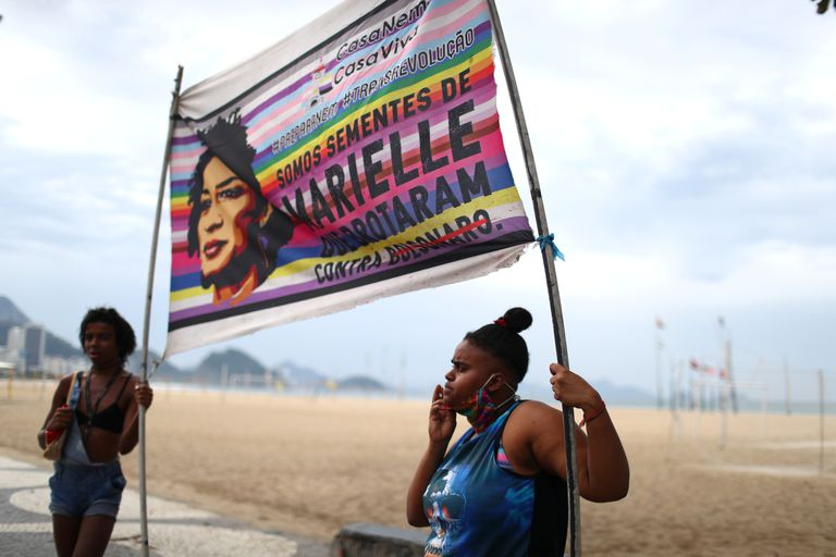Manifestantes seguram faixa alusiva a Marielle Franco em protesto contra.Jair Bolsonaro no Rio de Janeiro, em 7 de junho de 2020.