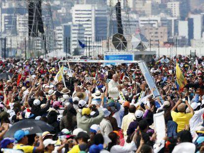 Milhares de peregrinos acenam para o Papa em Quito.