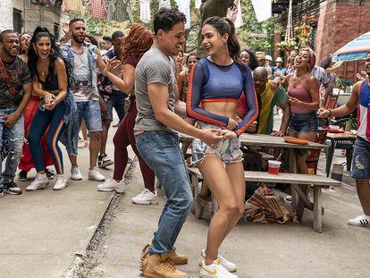 Cena de 'Em um bairro de Nova York', em que todos os principais atores e atrizes de são latinos de pele clara.
