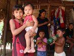 Una familia del pueblo sateré-mawé en la aldea Vila Nova, Tierra Indígena Andirá Marau, estado de Amazonas, Brasil.