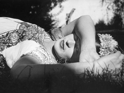 Frida Kahlo nasceu em 6 de julho de 1907 em Coyoacán, no México. Na foto, a artista plástica posando em Xochimilco, México (1941).