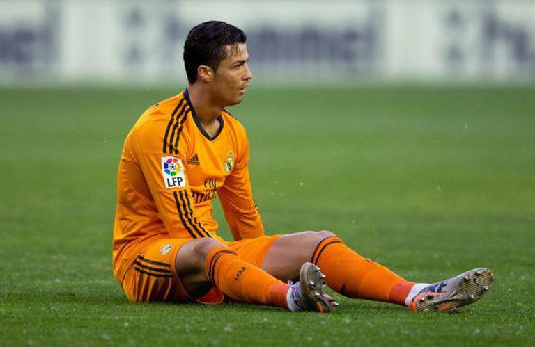 Cristiano, no chão, no início da partida.