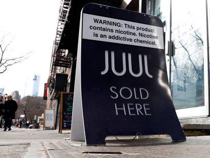 Uma publicidade da companhia de cigarros eletrónicos Juul.