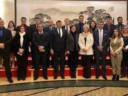 Comitiva que inclui parlamentares brasileiros na China, em foto da senadora do PSL Soraya Thronicke.