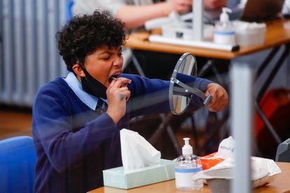 Um estudante pega uma amostra para análise de coronavírus em um colégio da cidade inglesa de Weaverham.