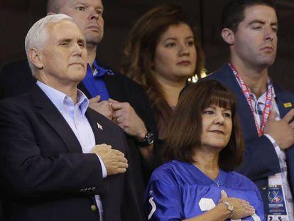 Pence e sua esposa no estádio dos Colts antes de irem embora.