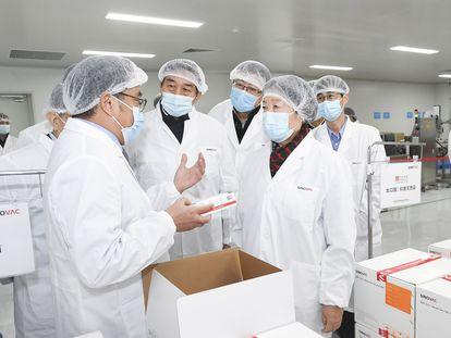 Vice-primeira-ministra chinesa Sun Chunlan visita laboratório da Sinovac, uma das farmacêuticas chinesas que estão desenvolvendo vacinas contra a covid-19.