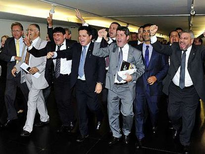 Deputados comemoram a aprovação da PEC 171/93 em primeiro turno.