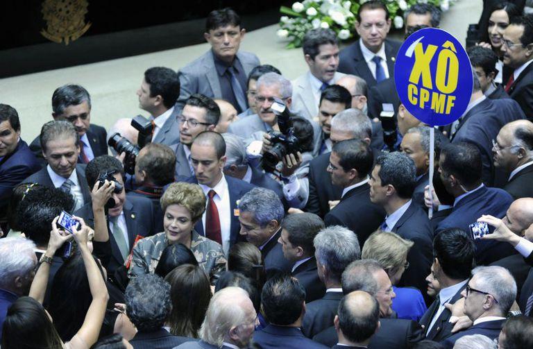 Dilma caminha entre congressistas.