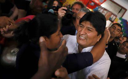 O ex-presidente de Bolívia, Evo Morais, é recibo por uma mulher depois de sua arribo ao aeroporto de Buenos Aires.