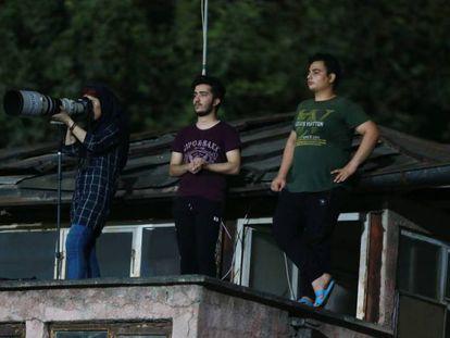 A iraniana que subiu num telhado para poder fotografar um jogo de futebol