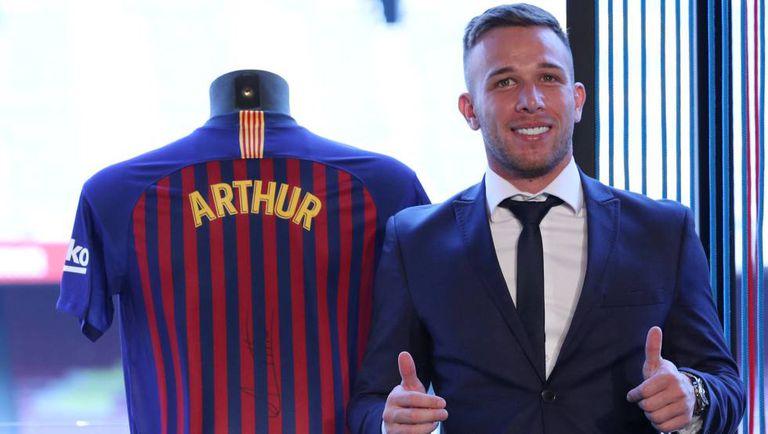 Arthur posa no Camp Nou com a camisa do Barça.