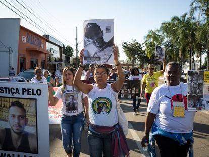 Grupo de mães protestam no centro de Goiânia, no dia 20 de maio.