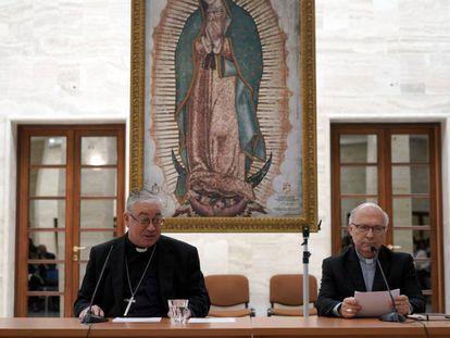 Membros da conferência de bispos do Chile, Luis Fernando Ramos Pérez, à direita, e Juan Ignacio González, nesta sexta-feira no Vaticano