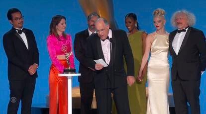 A equipe de 'O Gambito da Rainha' depois de vencer na categoria de melhor minissérie ou filme para televisão.