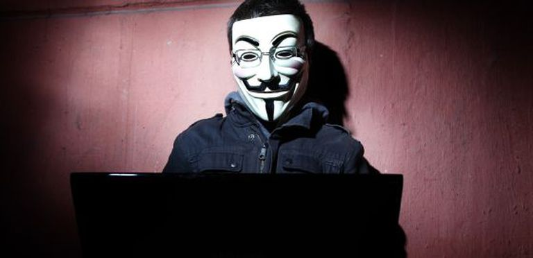Um 'hacktivista' com a máscara do Anonymous.