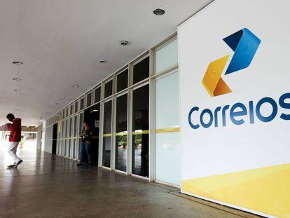 Funcionários dos Correios entram em greve.