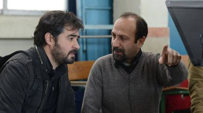 Asghar Farhadi (à direita), com Shahab Hosseini, nas filmagens de 'O Apartamento'