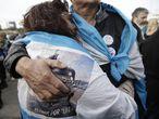 Familiares de los 44 tripulantes del ARA San Juan se abrazan en el acto de homenaje al cumplirse un año de su desaparición.