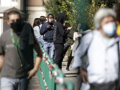 Fila de pessoas esperando para fazer o teste de coronavírus no hospital San Giovanni, em Roma, na última quinta-feira.