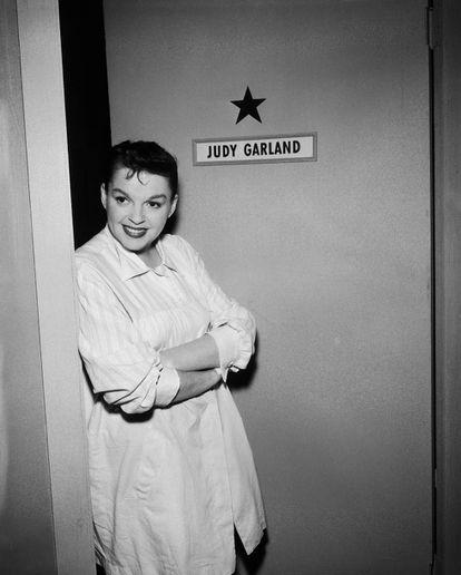 Judy Garland em seu camarim durante a filmagem de 'The Judy Garland Special', da série de TV 'Ford Star Jubilee', em Nova York em 1955.