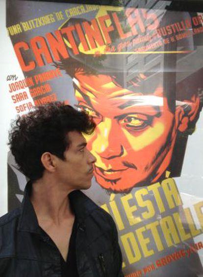 Óscar Jaenada diante de um cartaz de Cantinflas.