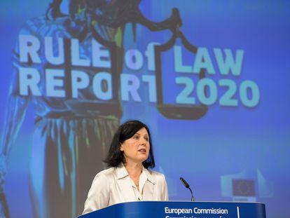 Vera Jourová, vice-presidenta da Comissão Europeia, durante a apresentação do relatório sobre o Estado de direito na UE, nesta quarta-feira, em Bruxelas.