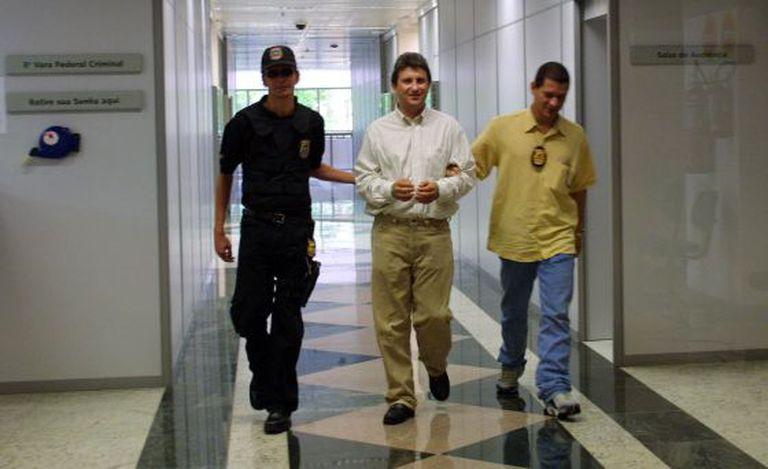 O doleiro Alberto Youssef, entre policiais federais em 2003.