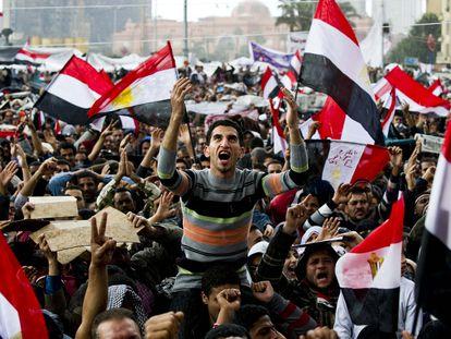 Centenas de pessoas se manifestam no Cairo contra o então presidente egípcio, Hosni Mubarak, em 10 de fevereiro de 2011.
