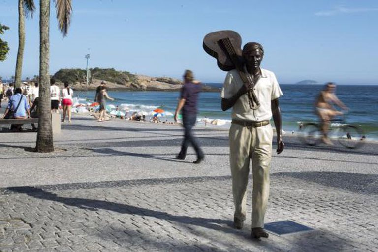 Estátua em homenagem a Tom Jobim em Arpoador.