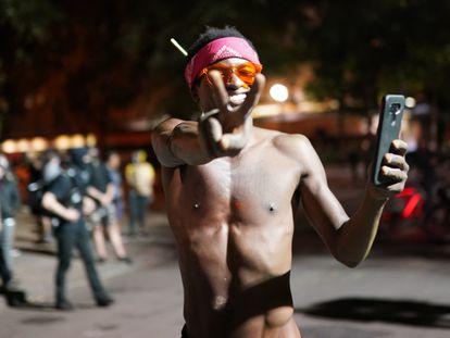 Manifestante faz o sinal da paz com as mãos durante protesto antirracista em 2 de agosto, em Portland, Oregon.