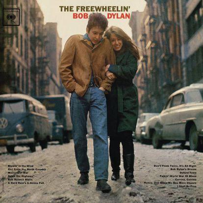 'The Freewheelin' (1963) é o segundo disco de Dylan. Começa com 'Blowin' in the wind' e traz canções como a cálida e emocionante 'Don't think twice, it'allright'. Na capa, o cantor e compositor aparece com Suze Rotolo – falecida em 2011: uma artista norte-americana com quem esteve de 1961 a 1964.