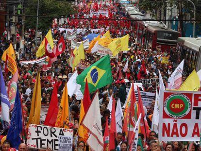 Multidão protesta em São Paulo, nesta quarta.